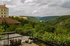 Stad av Znojmo, Tjeckien Sikt av slotten och floden Dyje royaltyfria bilder