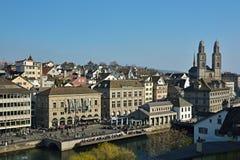 Stad av Zurich med den framträdande Grossmunster kyrkan på den soliga våren royaltyfria bilder
