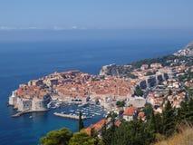 Stad bij kust van Adriatische Overzees Royalty-vrije Stock Foto's