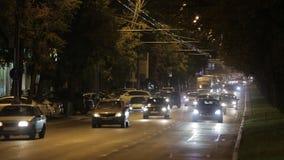 Stad bij nacht, brede straat, auto's algemeen schot stock video