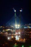 Stad bij nacht met lichten en kabel-gebleven brug Royalty-vrije Stock Afbeeldingen