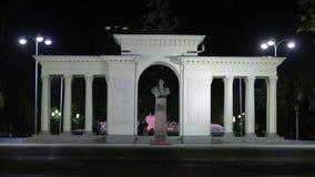 Stad bij nacht, monument en witte boog, algemeen schot stock videobeelden