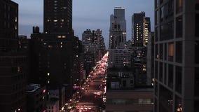 Stad bij van de wolkenkrabber nyc New York van de nachthorizon van de nachtlichten lucht de meningsluchtparade stock videobeelden
