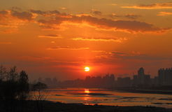 Stad bij zonsondergang Royalty-vrije Stock Foto's