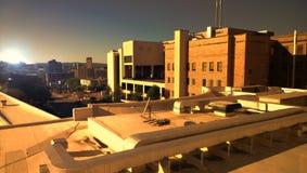Stad bij zonsondergang Royalty-vrije Stock Afbeeldingen
