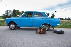 Stad Cesis, Letland Retro blauwe auto Aard en manier Reisfoto royalty-vrije stock foto's