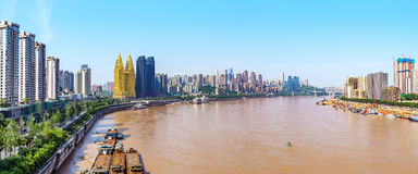 Stad Chongqing skyline. A bird`s eye view of Chongqing`s urban landscape and the Yangtze River, Sichuan, China Royalty Free Stock Photo