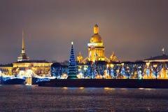 Stad in dagen van Kerstmis en Nieuwjaar stock foto