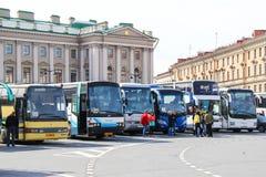 Stad de bussen van de sightseeingsbus stock foto's