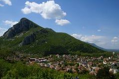 Stad dichtbij aan bergen royalty-vrije stock foto's