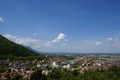 Stad dichtbij aan bergen stock foto's