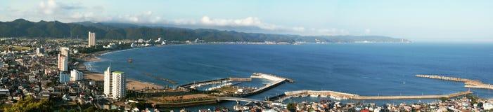 Stad dichtbij vreedzame oceaan. royalty-vrije stock foto