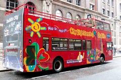 Stad die bussen van de het dekreis van Dublin de beroemde dubbele bezienswaardigheden bezoeken, die rond de stad en het einde op  stock foto
