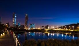 Stad die in het water wordt weerspiegeld Royalty-vrije Stock Afbeelding
