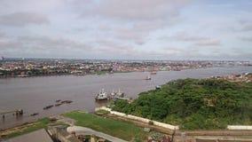 Stad door de rivier wordt gescheiden die royalty-vrije stock fotografie