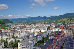 Stad en bergen royalty-vrije stock afbeelding