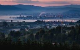 Stad en forestagainst de achtergrond van en de gezien ver weg bergen royalty-vrije stock fotografie
