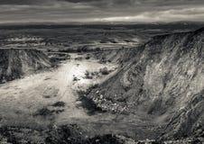 Stad en forestagainst de achtergrond van en de gezien ver weg bergen stock fotografie