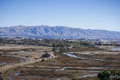 Stad en moerasland op baaigebied de Zuid- van San Francisco; Opdracht, Monumenten en Allison-pieken in Diablo-bergketen op de ach stock afbeelding
