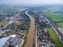 Stad en rijstlandbouwbedrijven naast Nan-rivier in Phichit, Thailand Royalty-vrije Stock Afbeeldingen