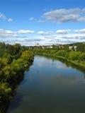 Stad en rivier stock fotografie