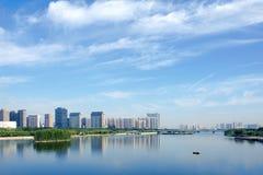 Stad en rivier Royalty-vrije Stock Afbeeldingen