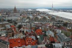 Stad en rivier, hoogste mening Riga, Letland royalty-vrije stock afbeelding