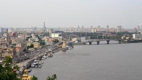 Stad en rivier van een hoogte stock videobeelden