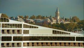 Stad en schip stock afbeeldingen