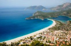 Stad en strand op een kust van Middellandse Zee Stock Afbeelding