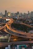 Stad en wegkruising met de achtergrond van de zonsonderganghemel Royalty-vrije Stock Fotografie