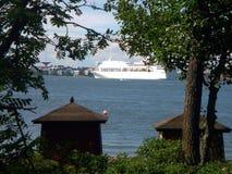 Stad en wit schip Royalty-vrije Stock Afbeeldingen