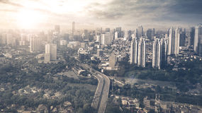 Stad för flyg- sikt av Jakarta på solnedgångtid Arkivbilder