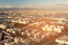 Stad för flyg- sikt av Osaka och fjärden med bergbakgrund Arkivfoton