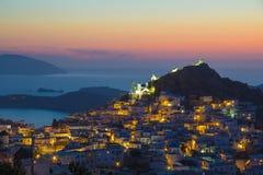 Stad för Ios Hora under solnedgång, Ios-ö, Cyclades som är aegean, Grekland royaltyfria foton