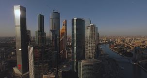 Stad för Moskva för affärsmitt, flygfotografering på surret Skyskrapor av exponeringsglas och betong i Moskva Affär lager videofilmer