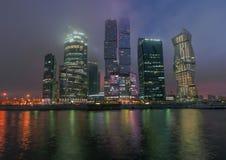 Stad för Moskva för affärsmitt på natten i dimman Arkivfoto