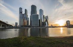 Stad för Moskva för affärsmitt på soluppgång Royaltyfria Bilder