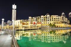 Stad för nattsikt ner av den Dubai staden Arkivbilder