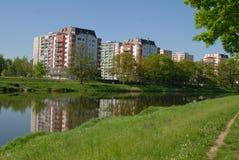 Stad för naturgräsflod Arkivbilder