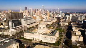 Stad Hall Downtown Core Urban Center San Francisco Metro för flyg- sikt royaltyfria foton
