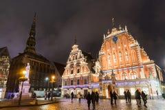 Stad Hall Square med huset av den pormask- och St Peter kyrkan i gammal stad av Riga på natten under jul, Lettland royaltyfria foton