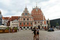 Stad Hall Square med huset av den pormask- och St Peter kyrkan i Riga den gamla staden, Lettland, Juli 24, 2018 royaltyfria bilder