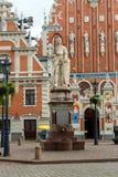 Stad Hall Square med huset av pormaskarna och skulpturen av helgonet Roland och helgonet Peters Church, Riga gammal stad, Lettlan royaltyfria bilder