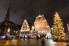 Stad Hall Square met Huis van de de Meeëters en kerk van Heilige Peter in Oude Stad van Riga bij nacht tijdens Kerstmis, Letland royalty-vrije stock fotografie