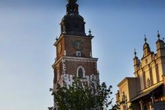 Stad Hall Tower och torkduk Hall i marknadsfyrkanten i Krakow Polen Fotografering för Bildbyråer