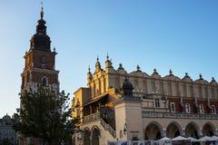 Stad Hall Tower och torkduk Hall i marknadsfyrkanten i Krakow Polen Arkivfoton