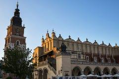 Stad Hall Tower och torkduk Hall i marknadsfyrkanten i Krakow Polen Arkivbilder