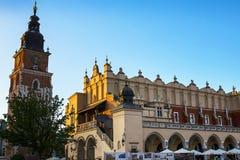 Stad Hall Tower och torkduk Hall i marknadsfyrkanten i Krakow Polen Royaltyfria Foton
