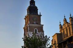 Stad Hall Tower och torkduk Hall i marknadsfyrkanten i Krakow Polen Royaltyfri Bild